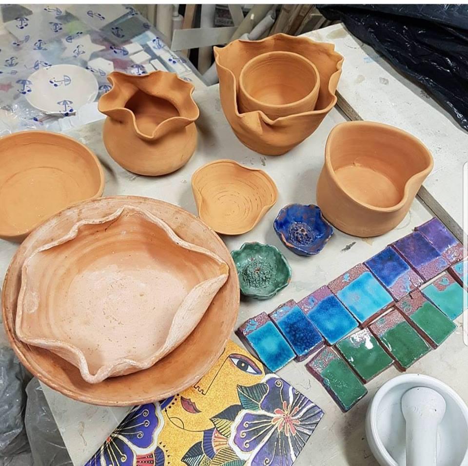 Laboratorio di pittura di ciotole con smalti naturali